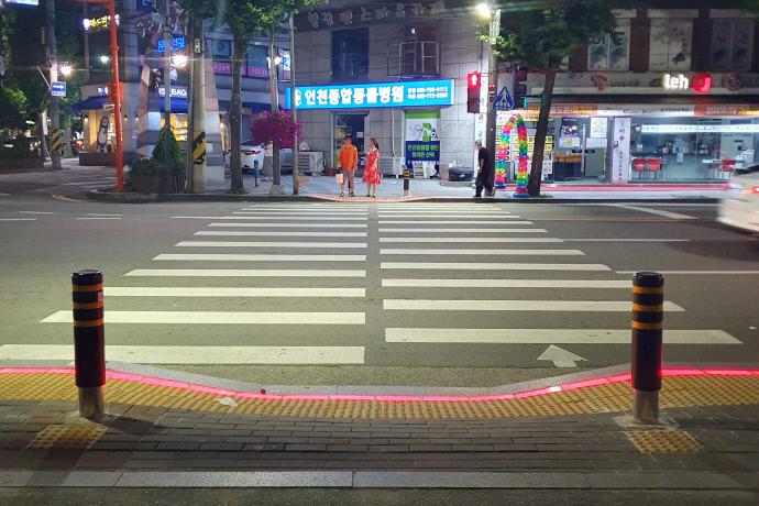 인천중구 동인천역 북광장 횡단보도에 시범 설치된 LED바닥신호등 사진